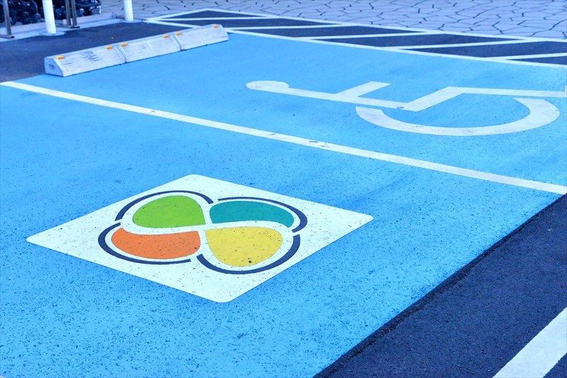高齢者用や障がい者専用の駐車スペースもある駐車場