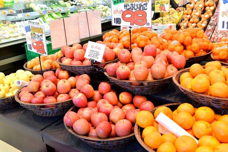 色とりどりの果物が並ぶ