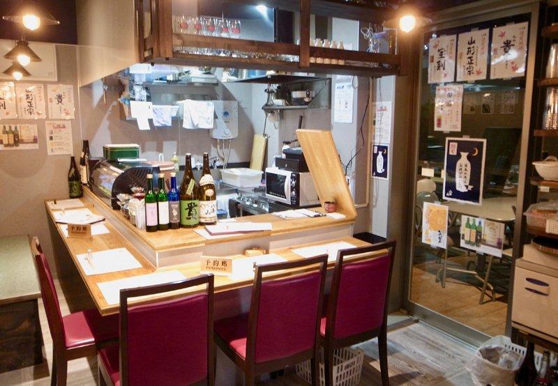 日本酒専門店「手巻き あて巻き まる酒」店内の様子
