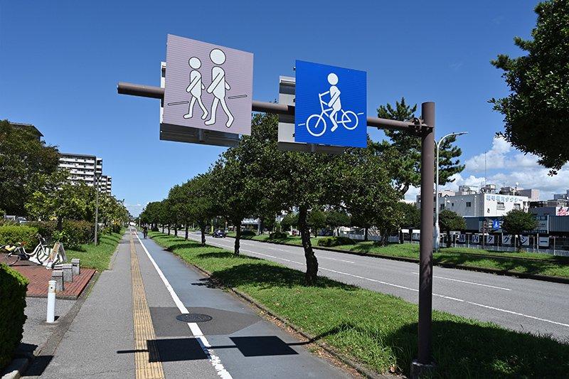 歩車分離で街路樹も美しい海浜松風通り