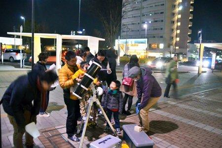 駅前で道行く人と星空観察