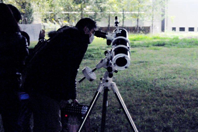 望遠鏡に夢中のご様子