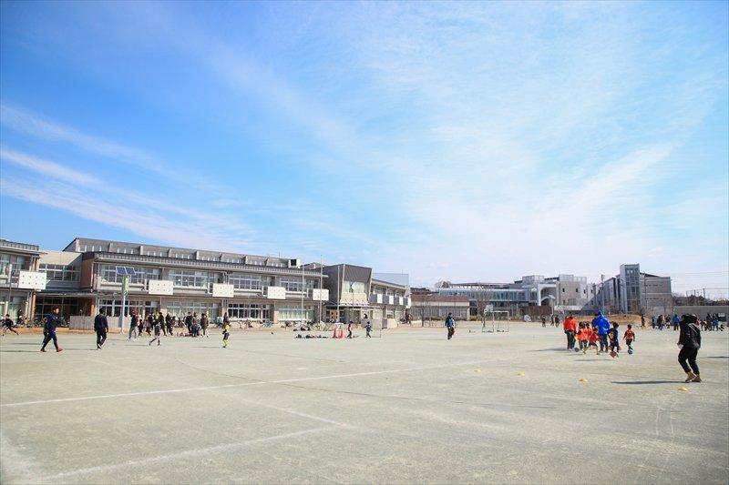 小学校のグラウンドなら安全にサッカーができる