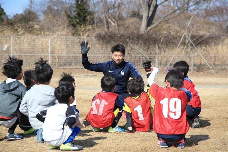 子どもたちと接する城戸コーチ