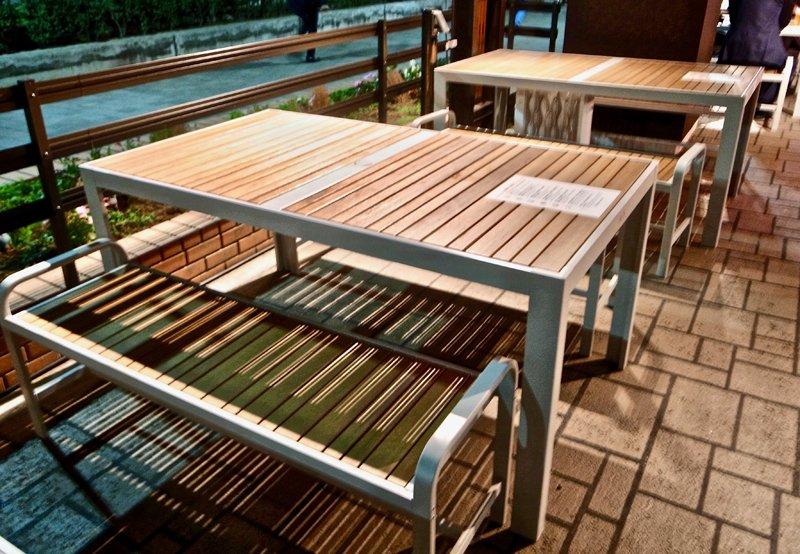 通りに備え付けられたテーブル