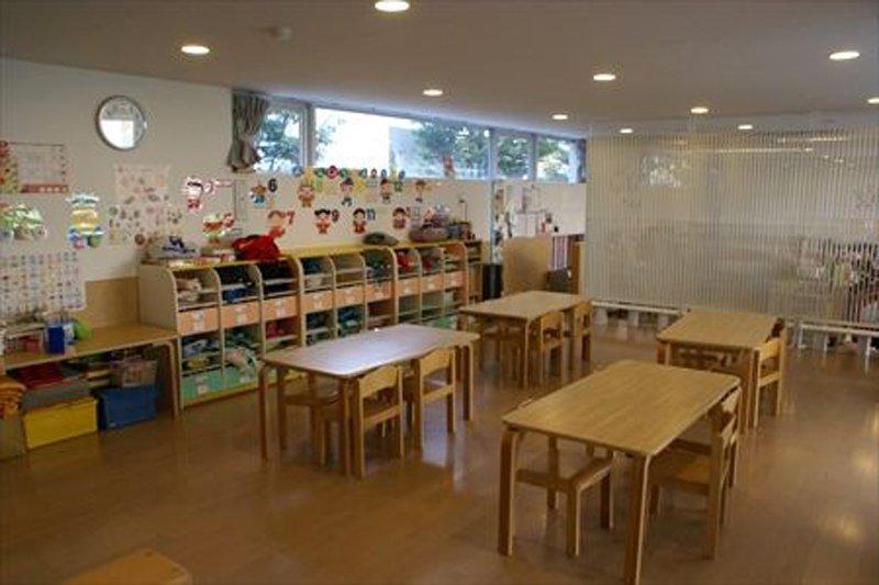 教室の壁には子供たちの作品が張られている