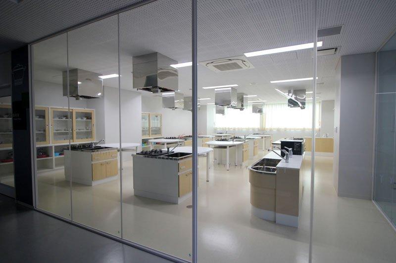 まるでクッキングスタジオのような、ガラス張りの調理室