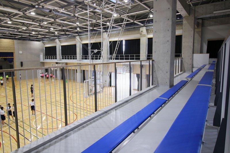 観覧席が設けられた体育館