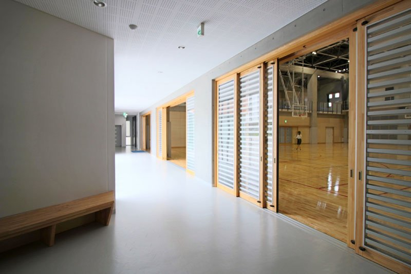 熱がこもりやすい体育館は、出入口を大きく開放できる