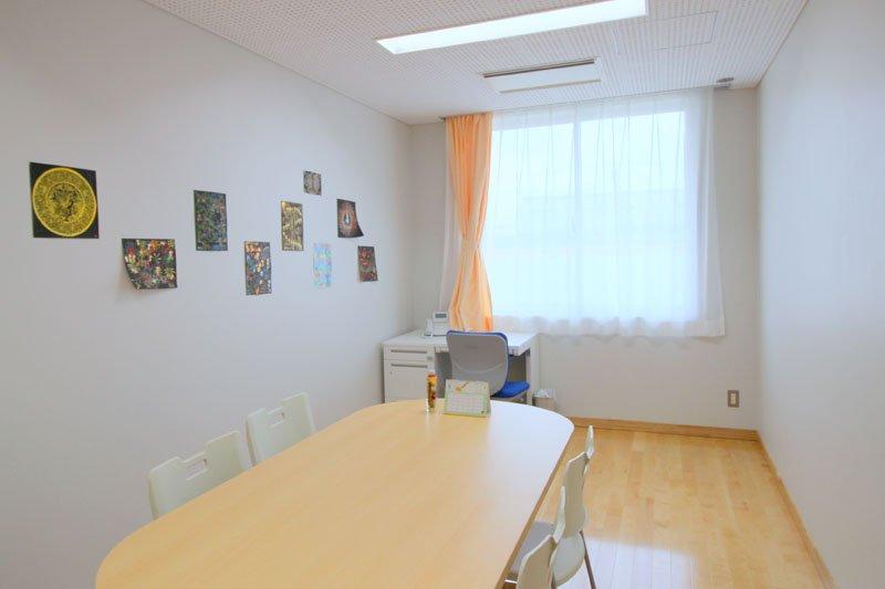 教育相談室 3部屋のうち1つは保健室とつながっている