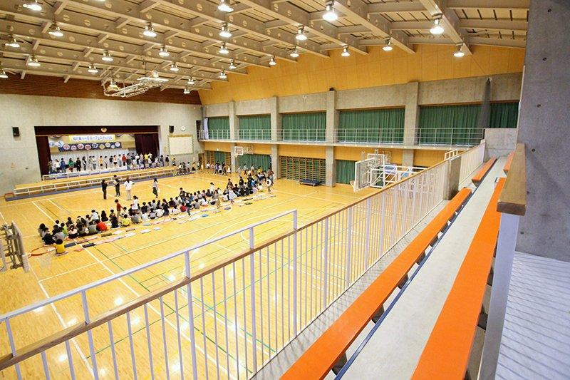 観覧席のある体育館