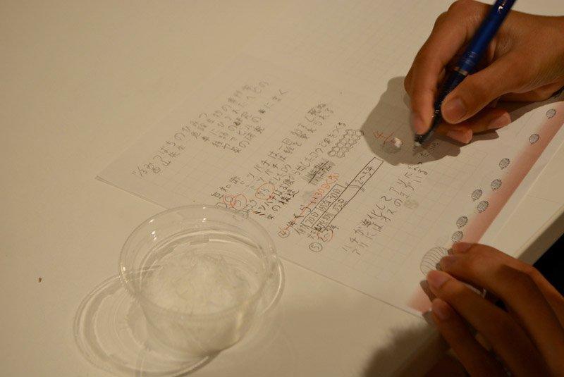 教材とノートがわりのメモ用紙が机の上に用意されていました