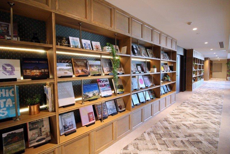 「柏の葉 蔦屋書店」が選書した約4,000冊の本が各階に並べられている