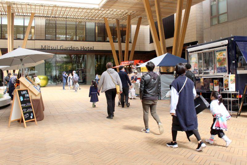 「柏の葉キャンパス」駅方面から来る人々