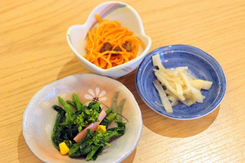 菜の花、新ニンジン、柏市の特産品「ねいも」など季節感あふれるお惣菜