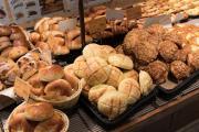 さまざまな種類のパンが並ぶ「THE GROUNDS BAKER」