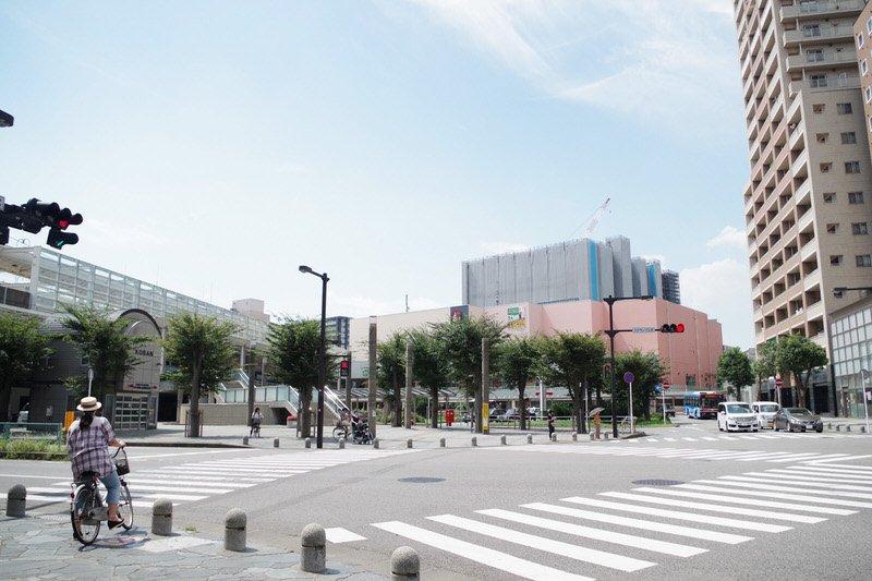 駅周辺の交差点